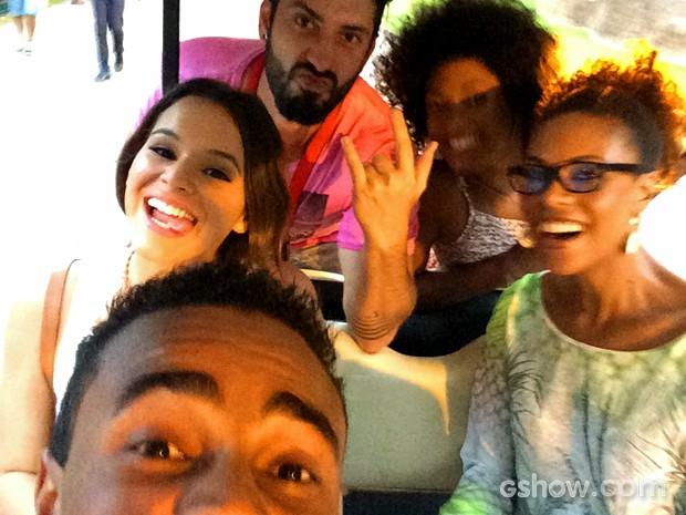 Jorge de Sá puxou a selfie com Bruna Marquezine, Lica Oliveira, Erika Januza e o assistente de produção Vitor Carvalho (Foto: Arquivo Pessoal)