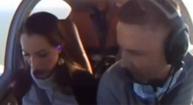 Ryan Thompson pediu sua namorada, Carlie, em casamento durante um voo. (Foto: Reprodução)