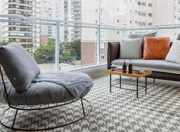 Sofá, poltrona e mesa de centro da Carbono Design. Tapete à venda Hariz (Foto: Julia Ribeiro/Divulgação)