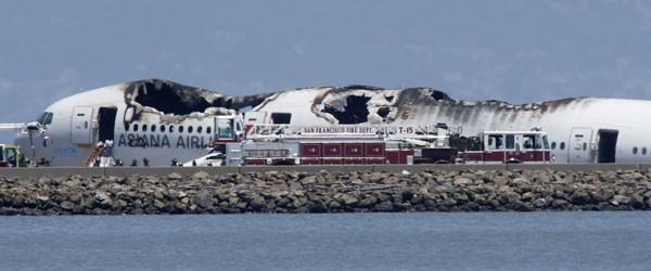Destroços do avião acidentado no aeroporto de San Francisco (Foto: AP)