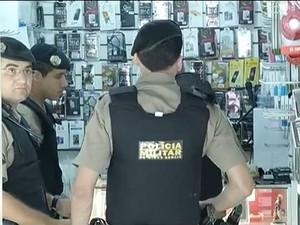 Cinco pessoas foram detidas em uma operação no shopping (Foto: Reprodução/Inter TV)
