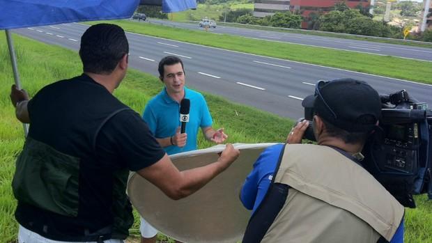 Equipe do Globo Esporte na estrada (Foto: Fernando Vidotto / TV Globo)