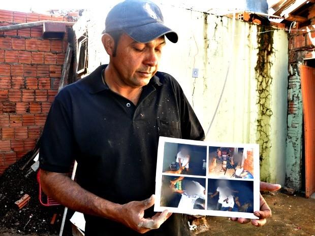 Vilson, genro de dono de Scooby, mostrou fotos do cachorro com a família (Foto: Tatiane Queiroz/ G1 MS)