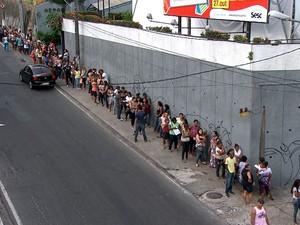 Uma enorme fila foi formada no Senac do Aquidabã, na manhã desta quinta-feira (5), para inscrições em cursos gratuitos nas áreas de beleza, saúde e moda. (Foto: Imagens/TV Bahia)