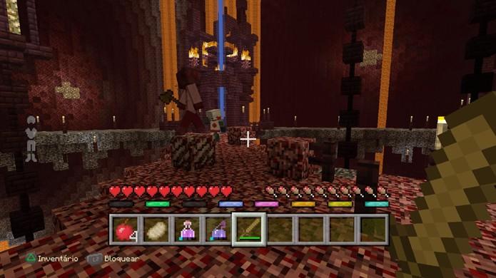 Ataque seus inimigos se puder, mas lembre-se que na batalha de Minecraft o importante é sobreviver (Foto: Reprodução/Rafael Monteiro)