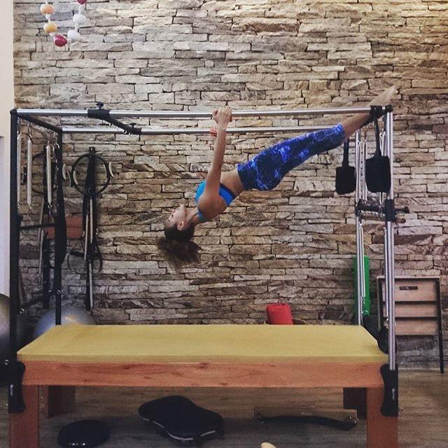 Sheron Menezzes exibe flexibilidade em aula de pilates