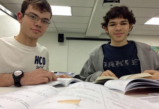 Giovani Ceotto e Leonardo Florentino se especializaram nas olimpíadas de física e de química (Foto: Ana Carolina Moreno/G1)