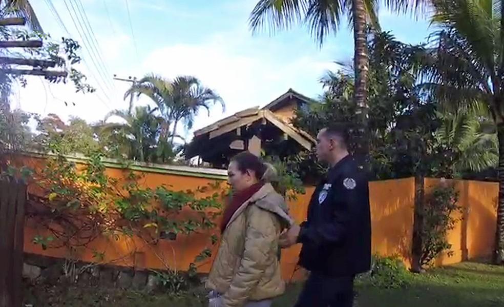 Momento em que Luana Don é levada presa em Ilhabela (Foto: Divulgação)