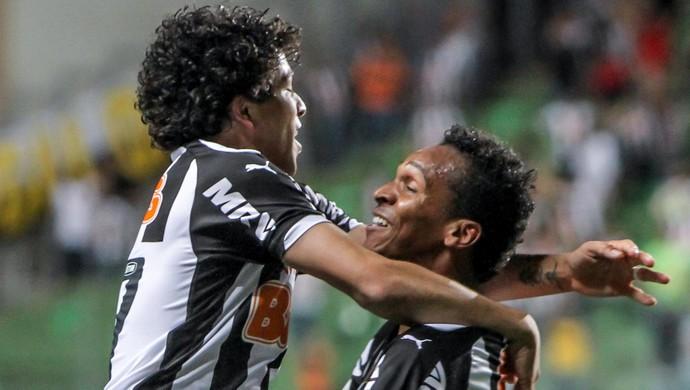 Luan comemora gol sobre o Palmeiras com o atacante Jô (Foto: Bruno Cantini \Flickr Atlético-MG)
