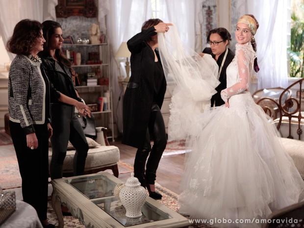 Nicole adora experimentar seu vestido pela primeira vez (Foto: Amor à Vida / TV Globo)