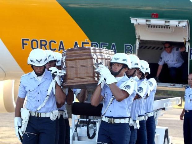 Corpo de Marcelo Déda, governador de Sergipe, chega a Salvador (Foto: Manu Dias/GOVBA)