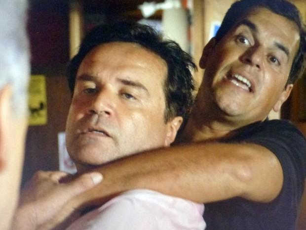 Seguranças impedem Felipe de ferir Cláudio (Foto: TV Globo)