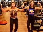 Bailarinas Carol Soares e Raquel Guarini exibem braços musculosos em treino
