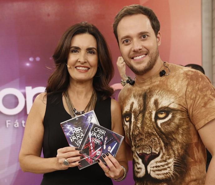 O cantor gospel André Valadão cantou sucessos no 'Encontro' (Foto: Raphael Dias/Gshow)