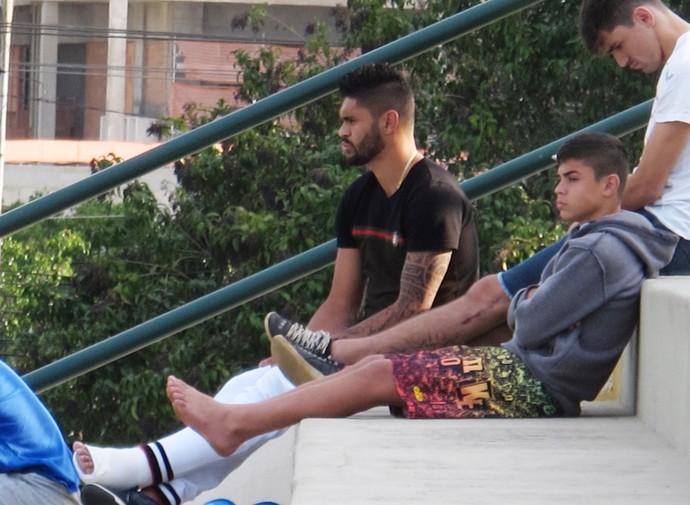 Luan assiste treino Palmeiras (Foto: Marcelo Hazan)