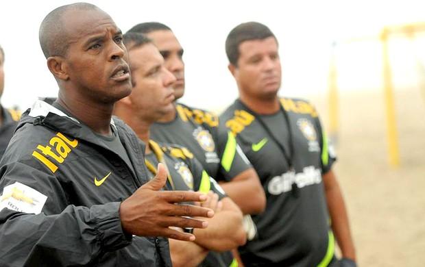 Junior Negão técnico seleção futebol de areia (Foto: Divulgação / Site Oficial CBBS)