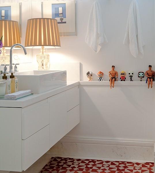Brinquedos não só para crianças. O empresário André Almada exibe os seus, comprados em viagem, no banheiro. Eles trazem alegria ao banheiro neutro (Foto: Marco Pomarico e Victor Affaro/Casa e Jardim)