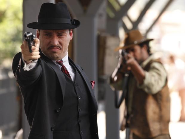 Berto vai atirar quando Negro Fagundes aparece por trás do vilão (Foto: Gabriela / TV Globo)