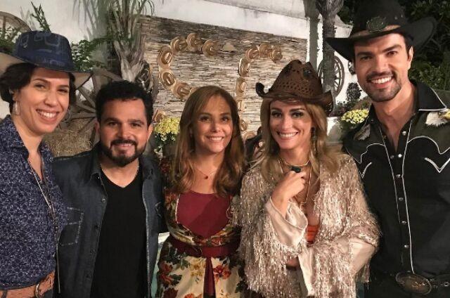 Luciano Camargo com o elenco de 'Os TOCs de Dalila' (Foto: Reprodução)