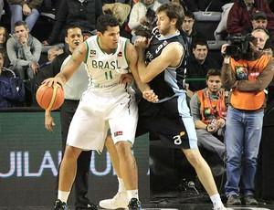 Rafael Hettsheimeir na partida de basquete do Brasil (Foto: Divulgação)
