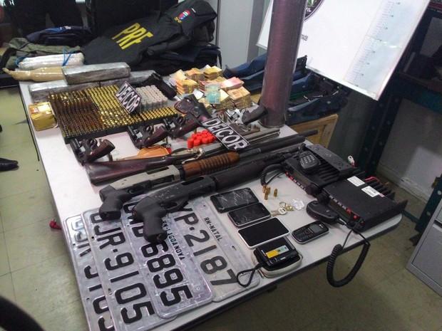 Polícia apreendeu armas, munições, drogas e dinheiro com os suspeitos (Foto: Anderson Barbosa/G1)