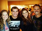Paloma Bernardi e Thiago Martins prestigiam amigos no teatro