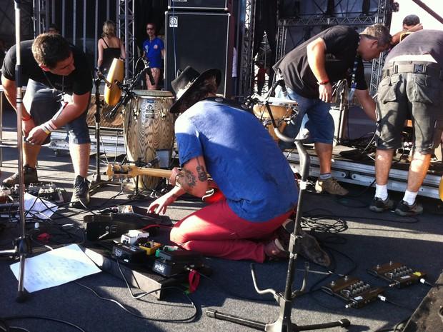 Donavon ajudou a montar palco para show no Planeta Atlântida (Foto: Rafaella Fraga/G1)