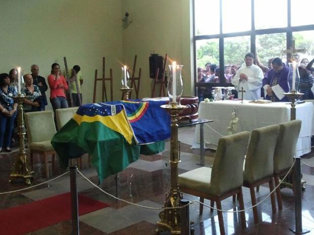 Antes do sepultamento, amigos e parentes acompanham missa na capela do cemitério, no Grande Recife (Foto: Katherine Coutinho / G1)