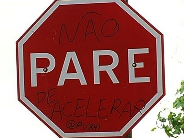 Substituição de placas depredadas gera gasto de R$ 150 mil em Rio Verde, Goiás (Foto: Reprodução/TV Anhanguera)