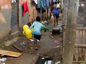 Esgoto a céu aberto na favela do Mandela (Foto: Repórter Vladimir Platonow/ABr)