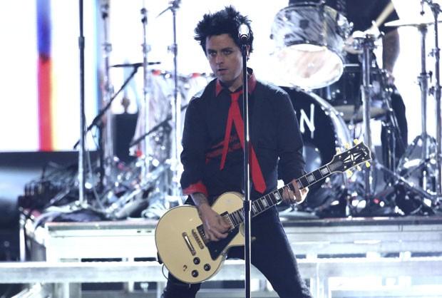 Billie Joe, do Green Day, durante apresentação no American Music Awards neste domingo (20); banda mudou a letra de 'Bang Bang' para criticar Donald Trump (Foto: Matt Sayles/Invision/AP)