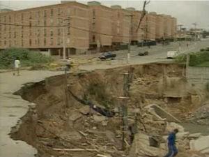 Cratera que abriu na ponte da Guadalupe em 1999 (Foto: Reprodução/TV Vanguarda)