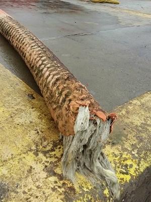 Rompimento do mangote causou o vazamento de óleo no Litoral do RS (Foto: Reprodução/RBS TV)