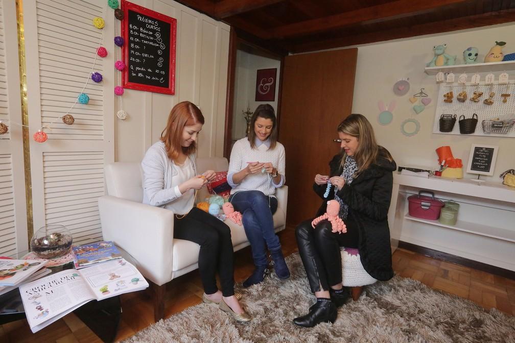 Crocheteiras voluntárias fazem polvos de para doar a hospitais (Foto: Giuliano Gomes/Agência PR Press)