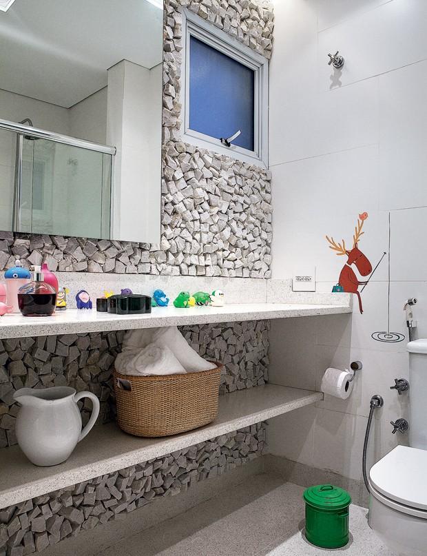 Pedra portuguesa marca a parede principal do ambiente, com bancada de granilite produzida pela Casa Franceza. Há objetos da Benedixt e L'Oeil, além de toalhas da Mundo do Enxoval (Foto: Lufe Gomes/Editora Globo)