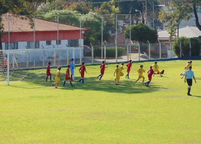 Sub-11 gremista (vermelho) perde em casa para o Mirassol (Foto: Marcos Chicalé / Semepp)