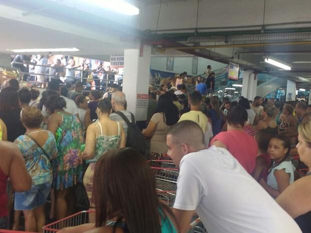 Clientes aguardavam abertura dos portões na filiam de Niterói (Foto: Elisa de Souza / G1)