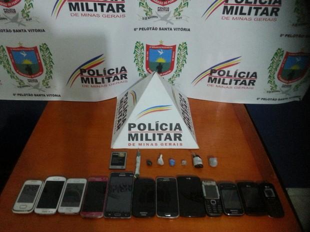 Apreensão cadeia santa vitória  (Foto: Polícia Militar/Divulgação)