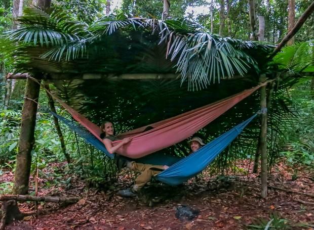 A parada da lua de mel do casal foi a floresta Amazônica, onde eles dormiram em redes e pescaram o próprio jantar (Foto: HoneyTrek/Divulgação)