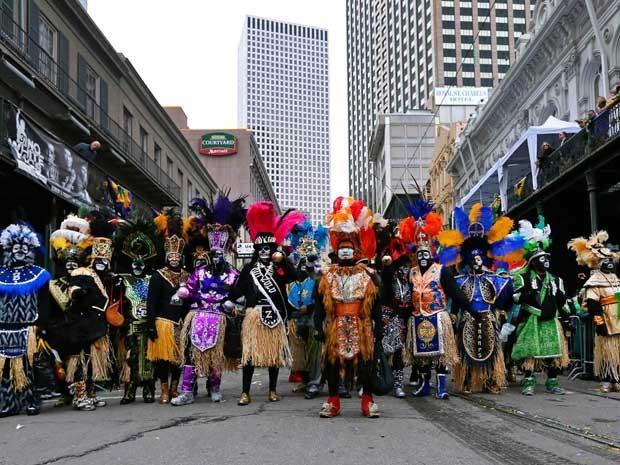Blocos desfilam na St. Charles Avenue, em Nova Orleans. (Foto: Jonathan Bachman / Reuters)