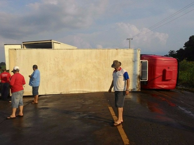 Caminhão tombou por causa do vento na BR-163, diz polícia (Foto: Divulgação/PRF)