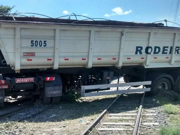 Caminhão atravessado  (Foto: Washington Tiago/Site: Brumado Acontece)