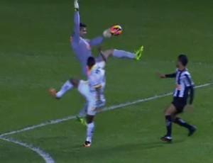 Victor bate com braço na bola fora da área (Foto: Reprodução / Premiere FC)