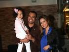 Com novo visual, Luciele Di Camargo vai ao teatro com a filha e o marido