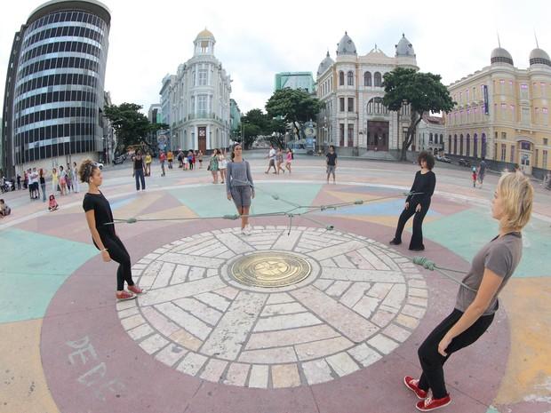 Espetáculo de dança Pontilhados, do Grupo Experimental, é apresentado nas ruas (Foto: Divulgação / Hans von Manteuffel)