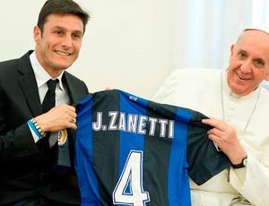 Javier Zanetti internazionale de milão camisa papa francisco (Foto: Agência Reuters)
