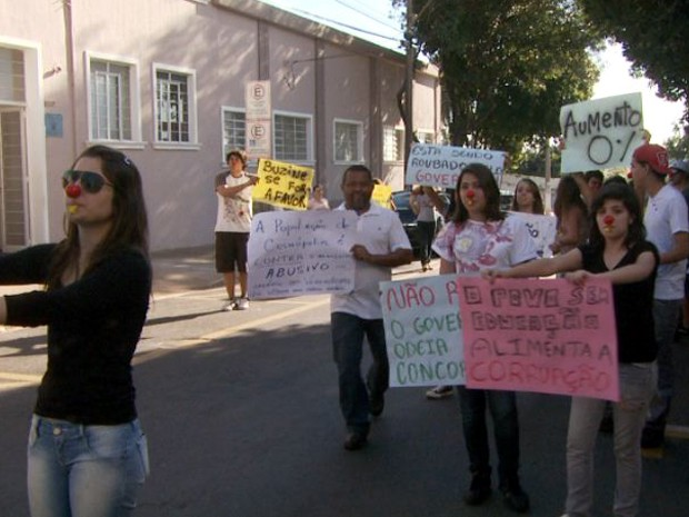 População protesta reajuste salaria de vereadores em Cosmópolis (SP) (Foto: Reprodução / EPTV)