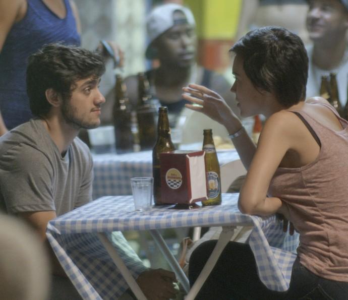 Jonatas senta para beber com Leila em Curicica (Foto: TV Globo)
