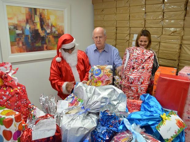 Papai Noel dos Correios recebe presentes doados por colaboradores da TV Sergipe (Foto: Fredson Navarro / G1)