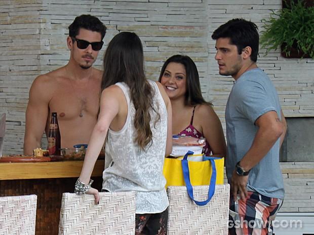 André não gosta ao ouvir que Bárbara mantém contato com Lucas (Foto: Em Família/TV Globo)